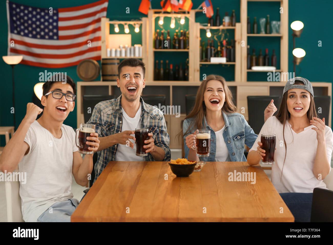 Freunde mit Bier emotional Sport Fernsehen in bar Stockbild