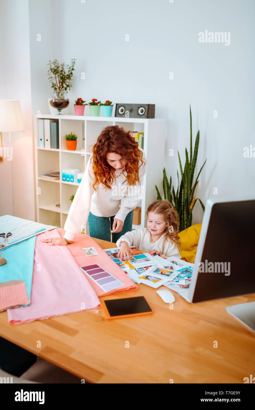 Fashion Designer arbeiten im Atelier mit ihrer schönen Tochter Stockbild