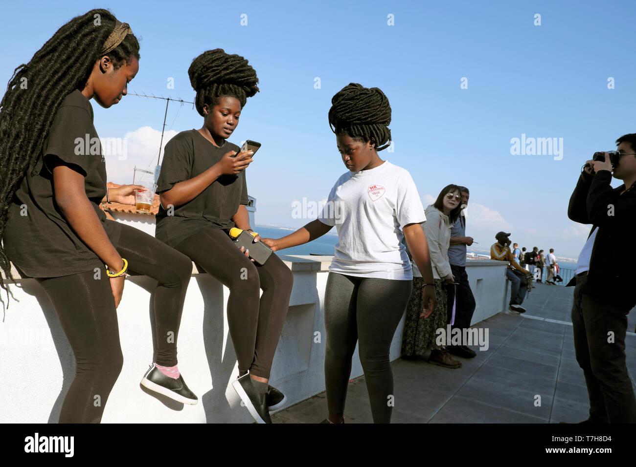 Junge Frauen Freunde Touristen Mit Afrikanischen Frisuren Frau Am