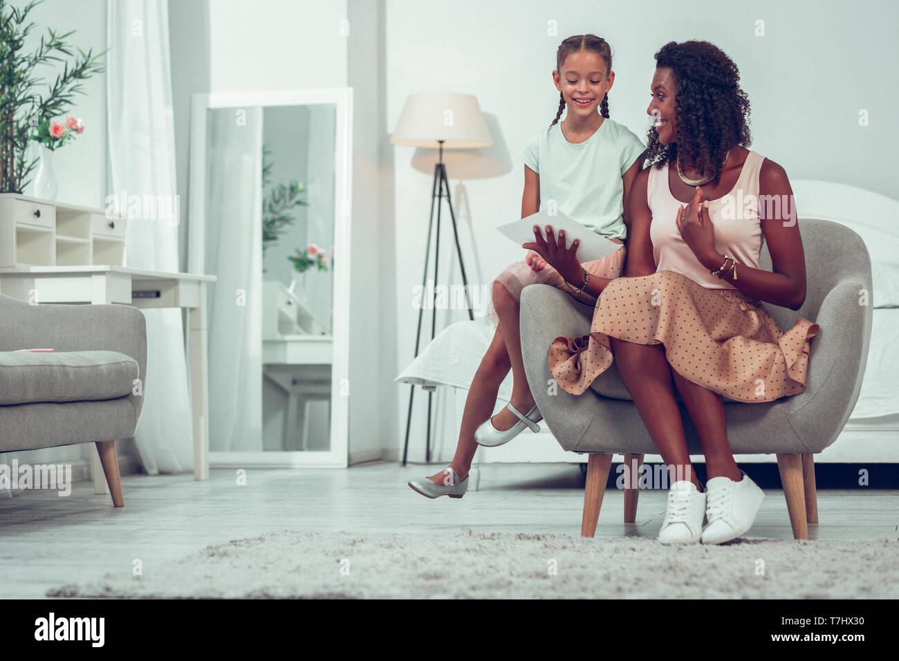 Schöne mama Zeichnungen diskutiert mit niedlichen kleinen ziemlich fröhliches Kind Stockbild