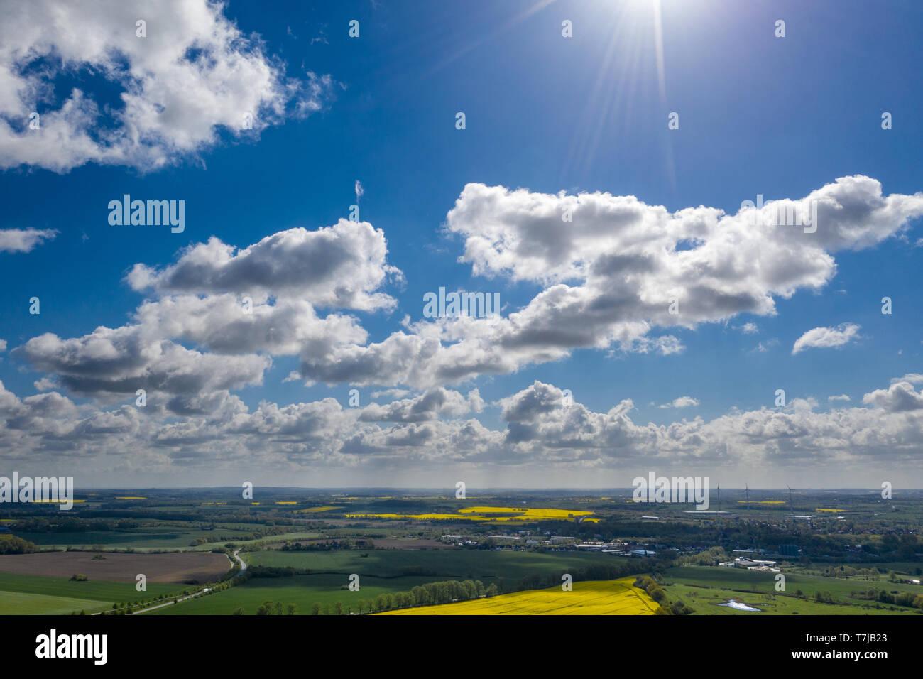 Eine traumhafte blauer Himmel mit weißen Schafe Wolken über grüne und gelbe Felder Stockfoto