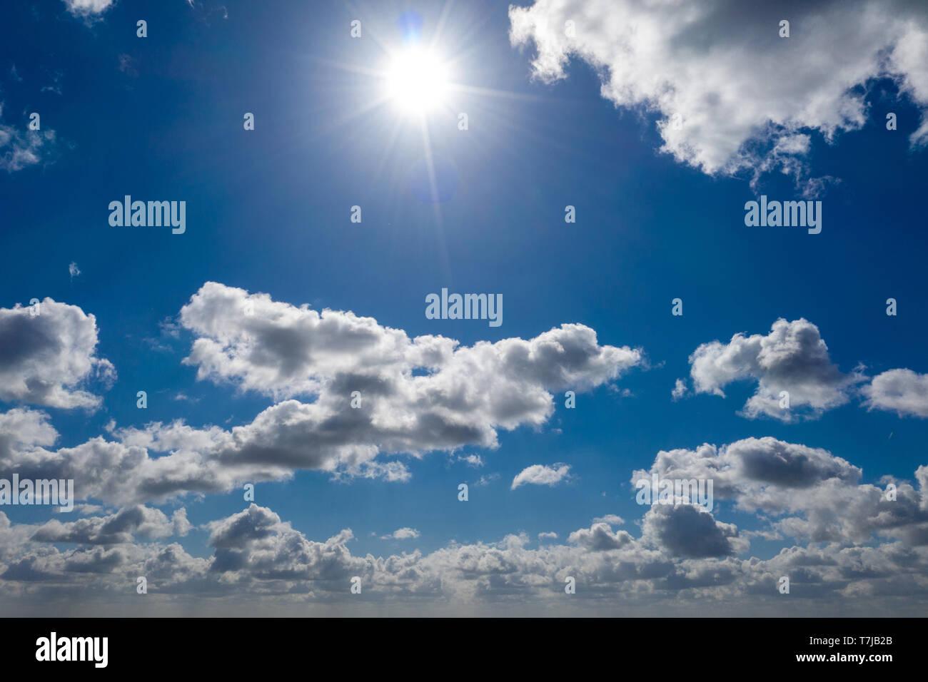 Eine traumhafte blauer Himmel mit weißen Wolken Schafe Stockfoto