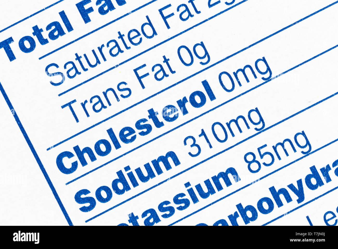 Makro Nahaufnahme Detail der Standard Ernährung Fakten. Mit dem Fokus auf Transport Fett, Cholesterin und Natrium. Stockbild