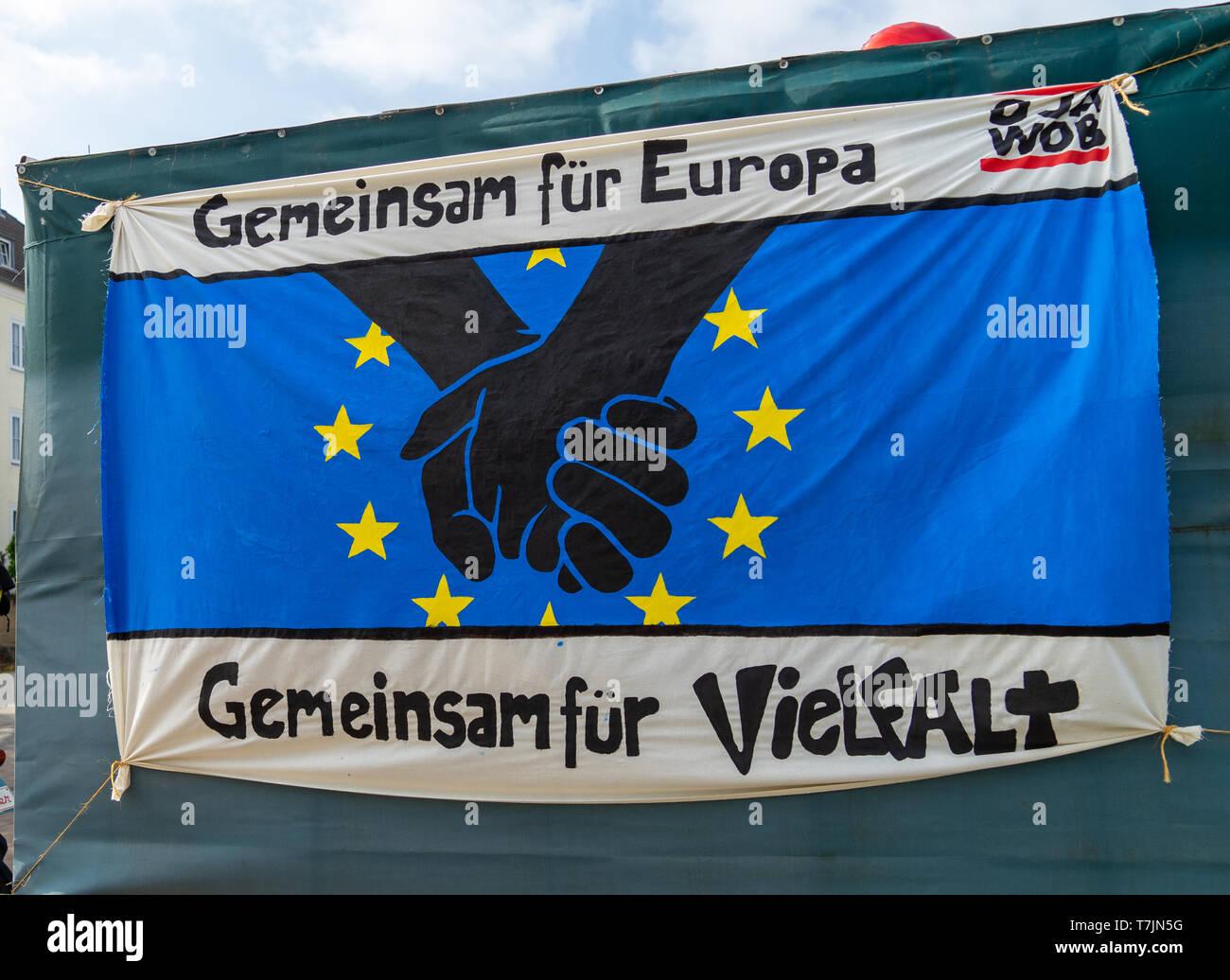 """Wolfsburg, Deutschland, 1. Mai 2019: Transparente an der Demonstration am 1. Mai mit der Inschrift """"Gemeinsam für Europa Gemeinsam für Vielfalt"""". Stockbild"""