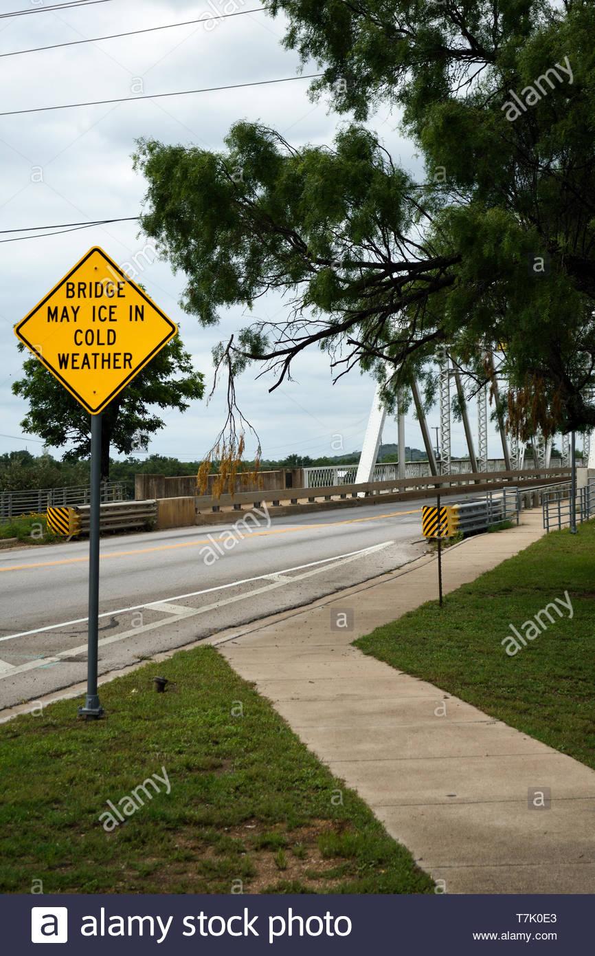 Brücke kann Eis in kaltem Wetter. Brücke kann Eis in kaltem Wetter. Warnzeichen. Brücke kann Eis in kaltem Wetter Anmelden Texas. Verkehrsschild Llano Texas Stockbild