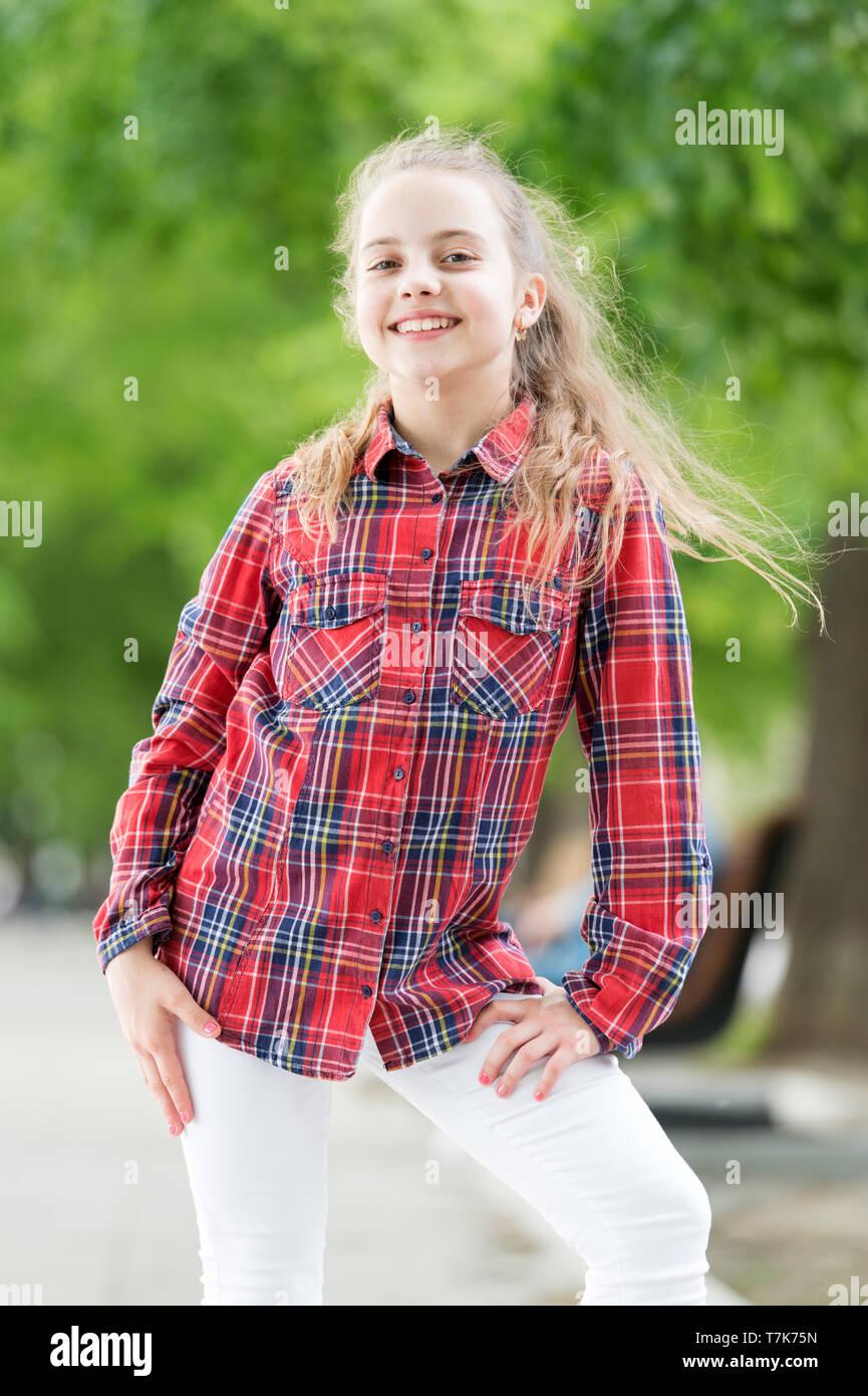 Madchen Kleinen Niedlichen Kind Geniessen Auf Windigen Tag Natur