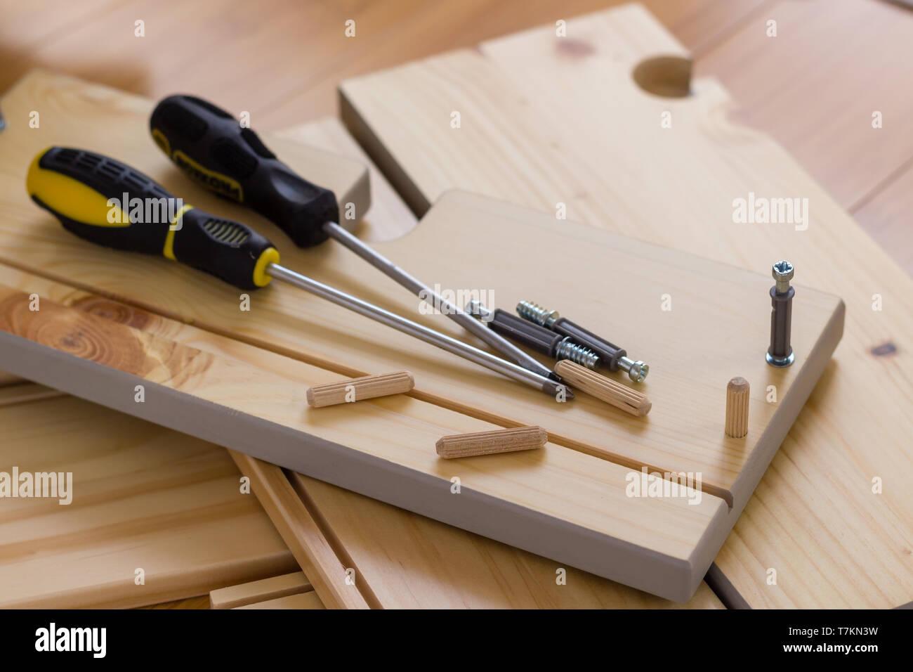 Zusammenbau von Möbeln, Schrauben, Dübel, Schraubendreher ...