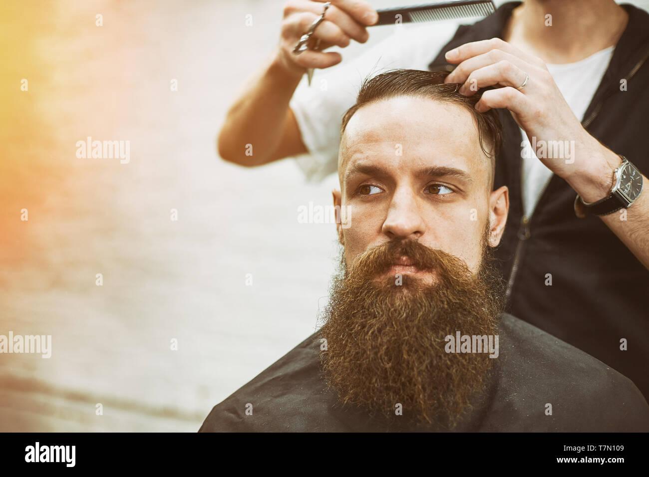 Meister Schneidet Haare Und Bart Von Männern Im Frisörsalon