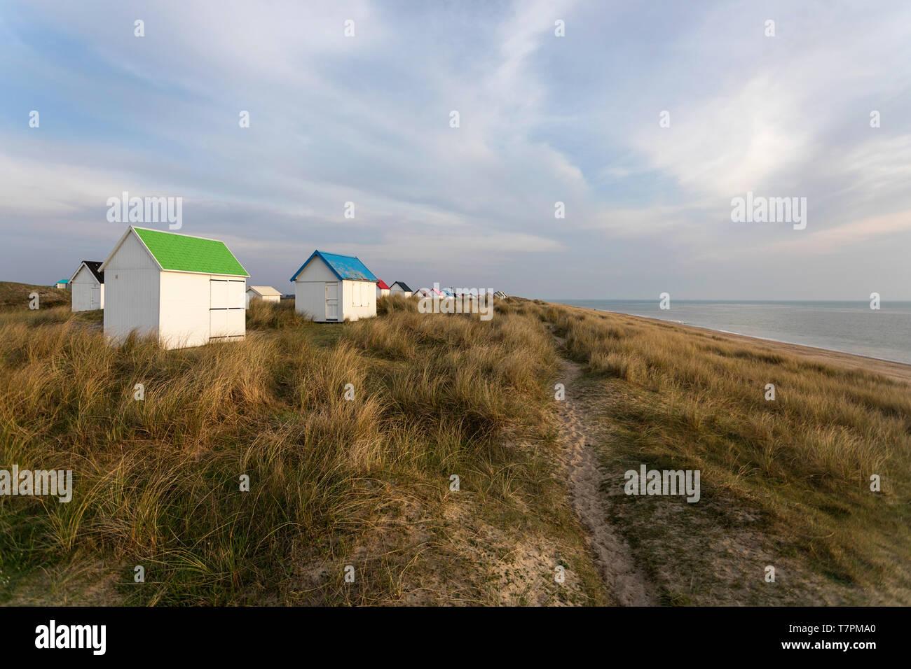 Pfad auf eine Reihe von Strandhütten mit bunten Dächern auf einem Gras bedeckte Dünen und schönen Blick über den Atlantik, Gouville-sur-Mer, Normandie, Frankreich Stockfoto