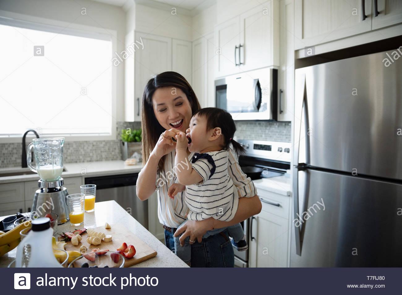 Mutter ernährung Kleinkind Tochter in der Küche Stockbild