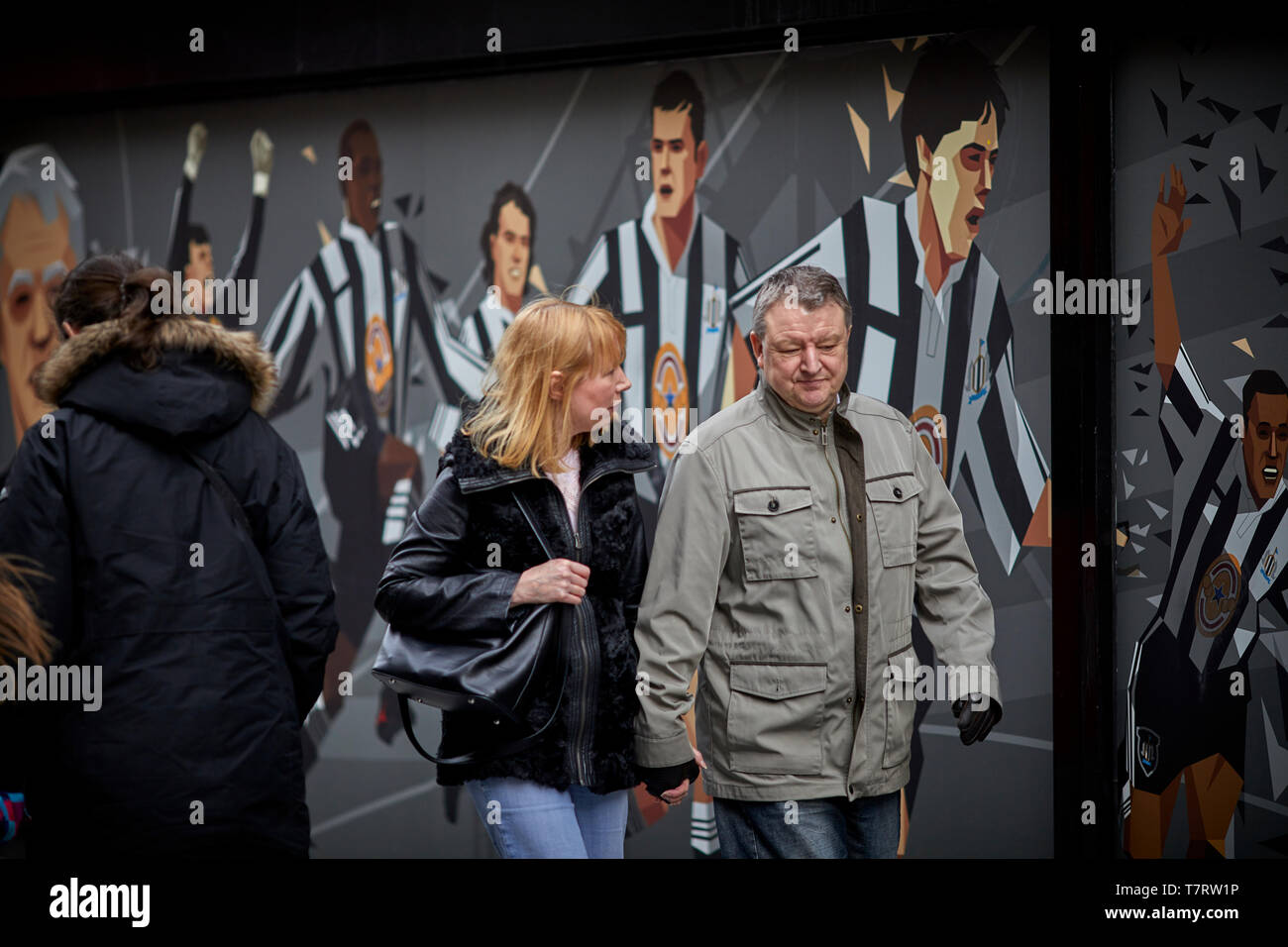 Newcastle upon Tyne, Scott's Menswear in Newcastle City Centre Wandbild ehrt Toon Legenden ... Newcastle United Wandbild Stockfoto