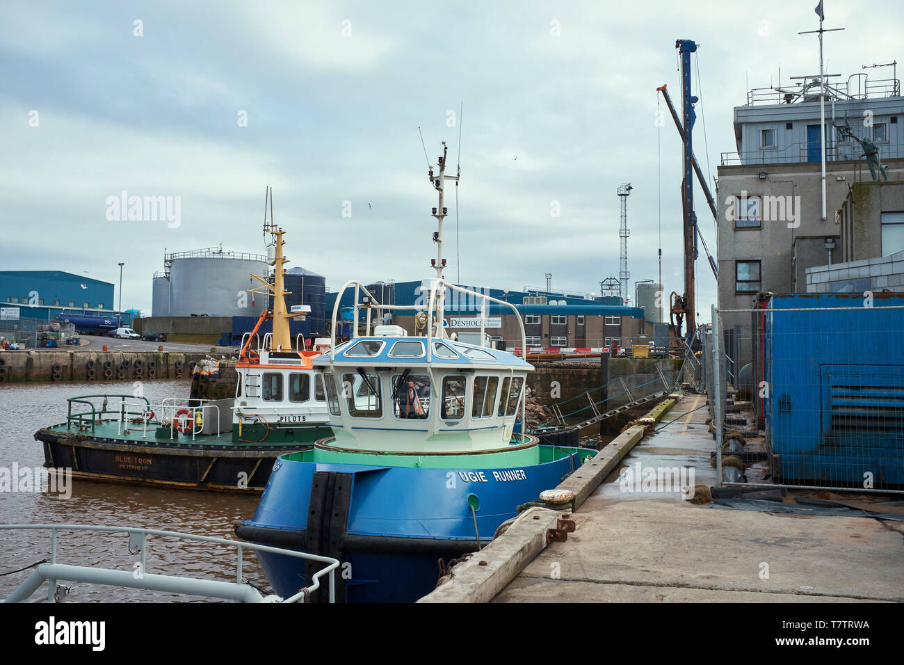Arbeiten Handwerk BLAU TOON und UGIE RUNNER günstig neben in Peterhead Port. PETERHEAD, Aberdeenshire, Schottland, Großbritannien. 7. Juli 2017 Stockbild