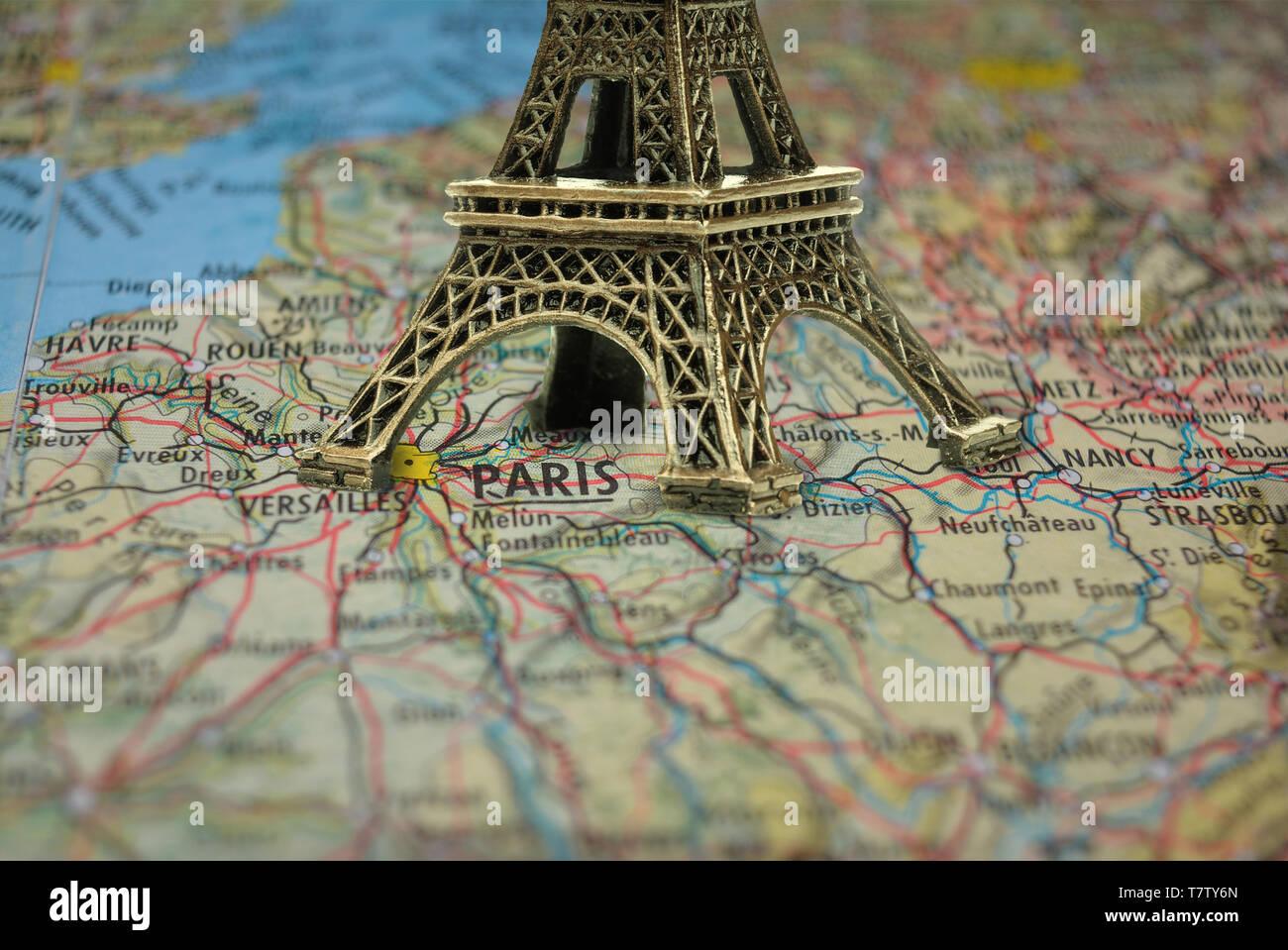 Karte Paris Eiffelturm.Kleine Eiffelturm Paris Souvenir Closeup Auf Karte Stockfoto