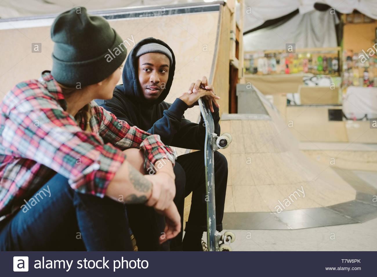 Freunde reden indoor Skatepark Stockbild