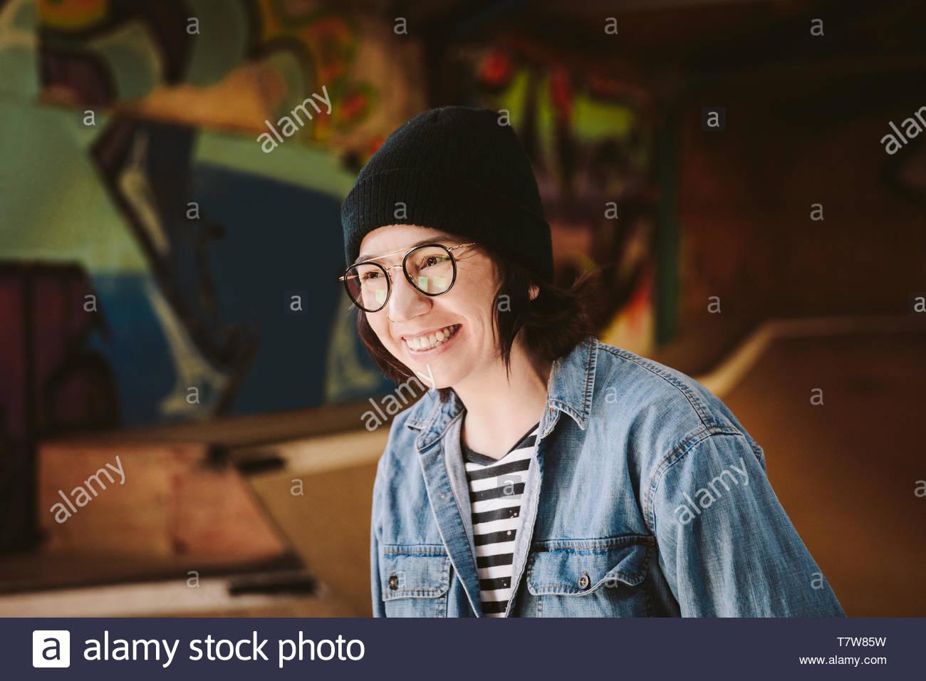 Glückliche Frau an der Skate Park Stockbild