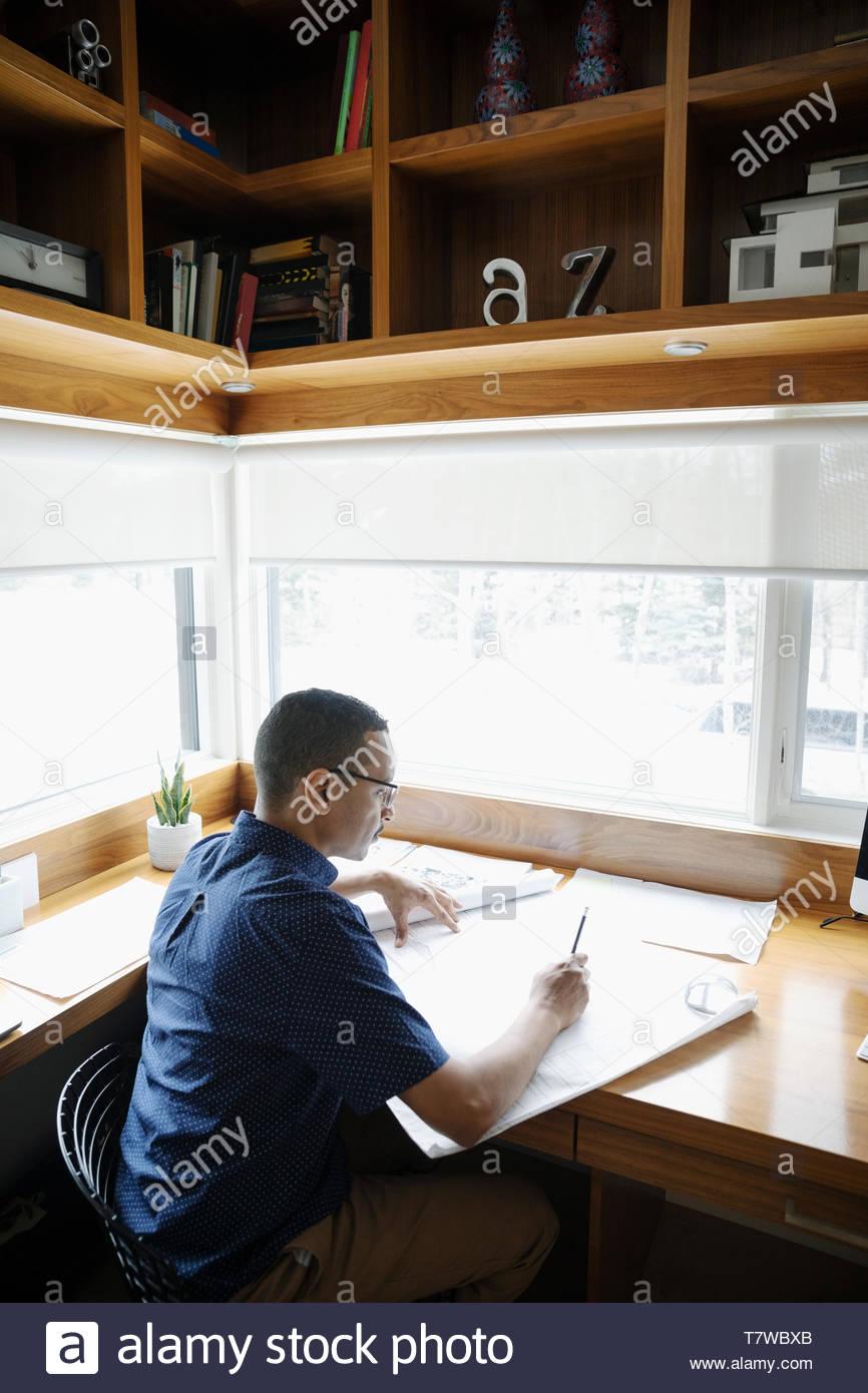 Männliche Architekten arbeiten im Home Office Stockbild