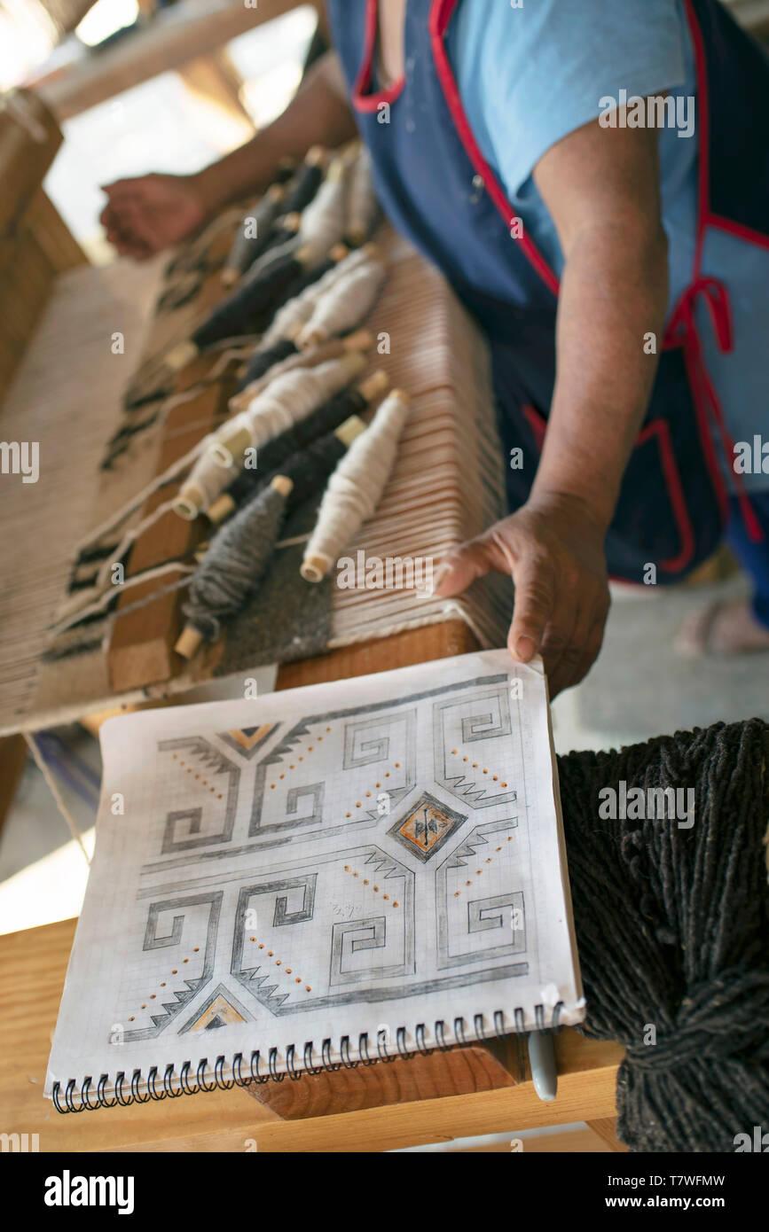 Hand gezeichnet Design für das Weben von Mustern der Wolldecke Wolldecke auf ein Pedal Webstuhl. Teotitlan del Valle, Oaxaca, Mexiko. Apr 2019 Stockbild