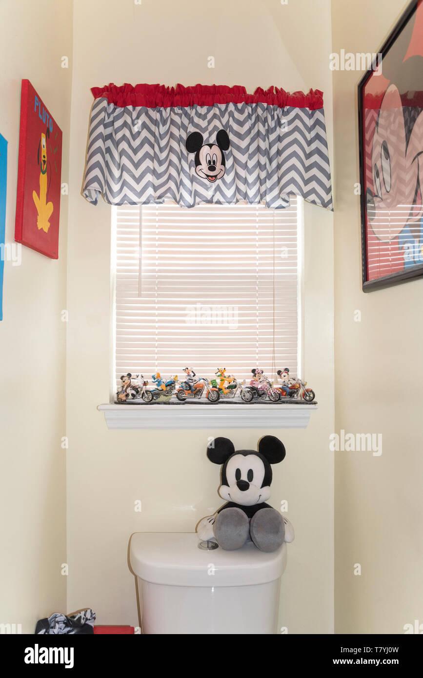 Mickey Mouse und anderen Disney Figuren verzieren ein Badezimmer