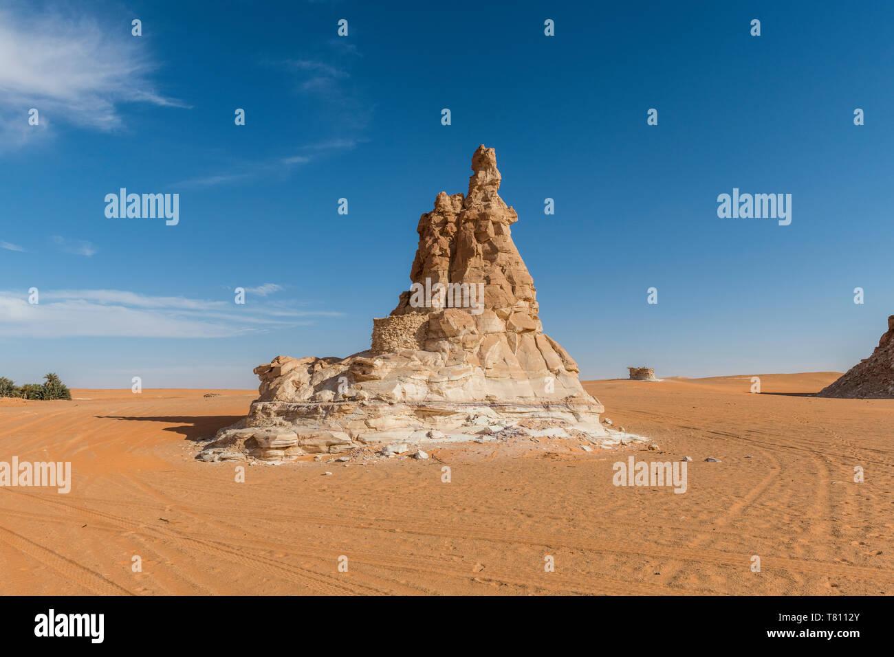 Sandstein Turm bei einem Salz Wasser See im nördlichen Tschad, Afrika Stockfoto