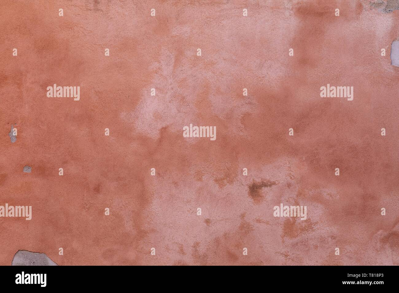 Bereit für die Reparatur, peachy pink lackiert Stuck an der Wand, das ist angebrochen und verblasst Stockbild