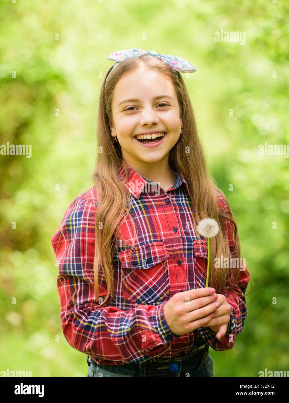 Mädchen cute Teen gekleidet Land rustikalen Stil kariertem Hemd natur Hintergrund. Löwenzahn ist wunderschön und voller Symbolik. Feiert Rückkehr des Sommers. Der Sommer ist da. Sommer Garten Blumen. Stockbild