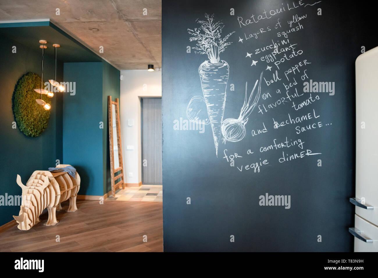 Schriftzug Tafel an der Wand mit der Rezeptur in der Küche ...
