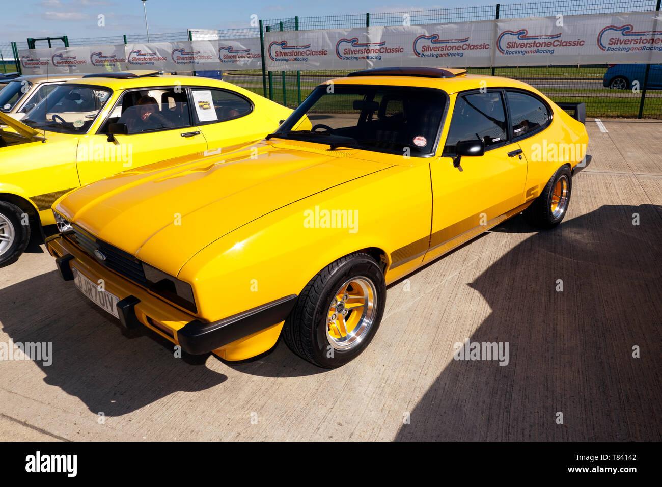 Drei Viertel der Vorderansicht eine Gelbe, Ford Capri S, Teil von der 50-Jahr-Feier im Jahr 2019 Silverstone Classic Media Day Stockbild