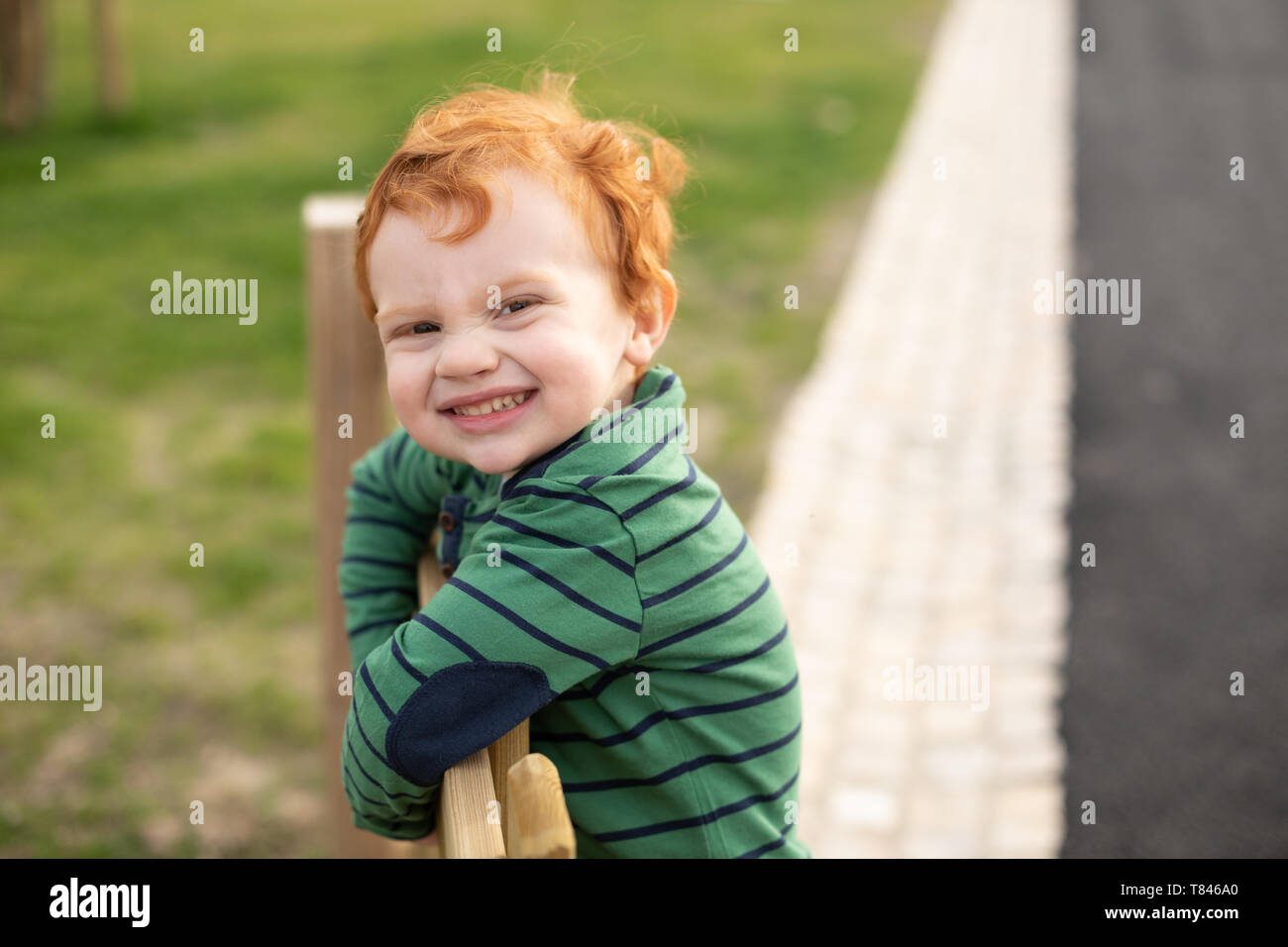Porträt eines jungen im park Stockfoto
