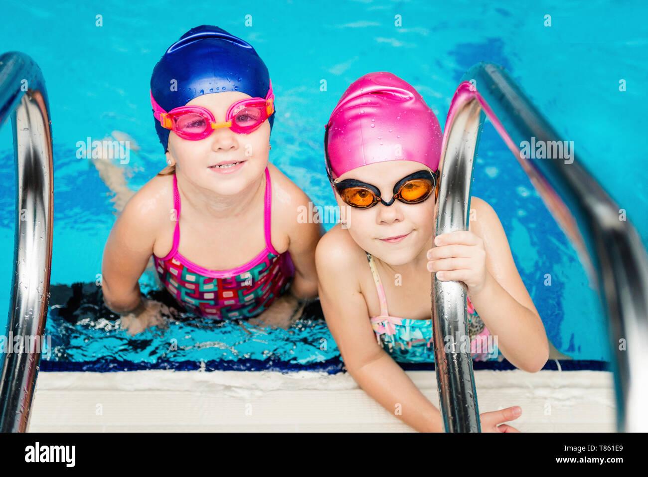 Kleine Mädchen in Schwimmbad Stockfoto