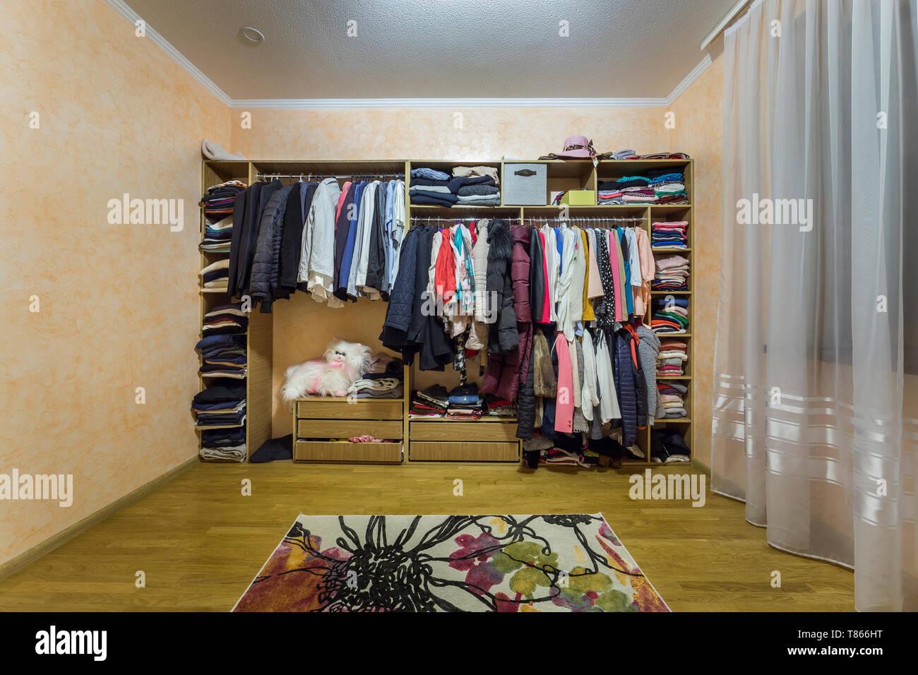 Öffnen dressing Schrank Kleiderschrank voll von ...