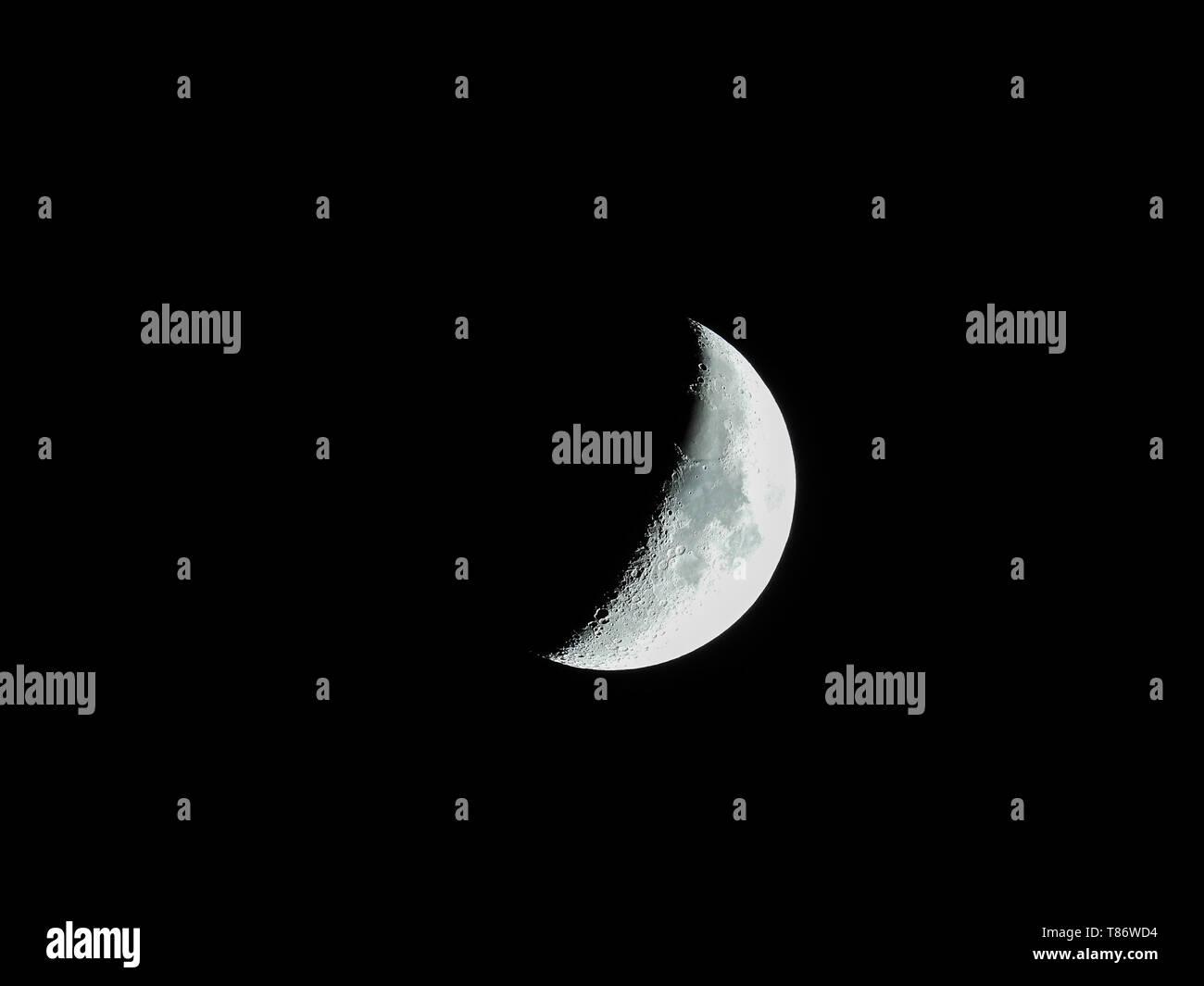 Eine sehr scharfe Nahaufnahmen der aufgehenden Mondsichel in den Nachthimmel. Stockfoto