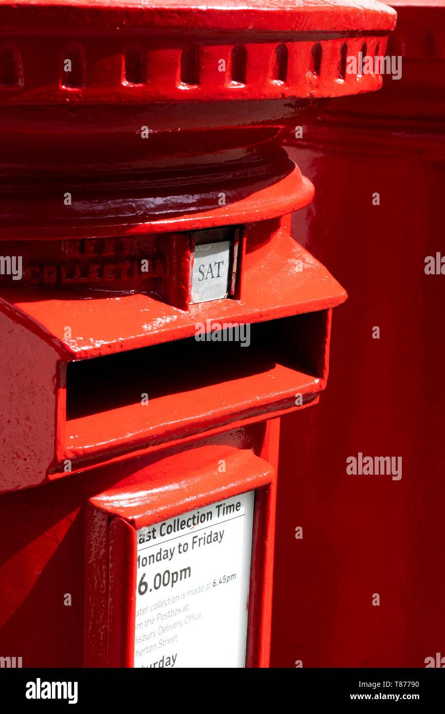 Rote gusseiserne Säule Boxen mit SAT Platte bezeichnet die nächste Sammlung Tag Samstag Stockbild