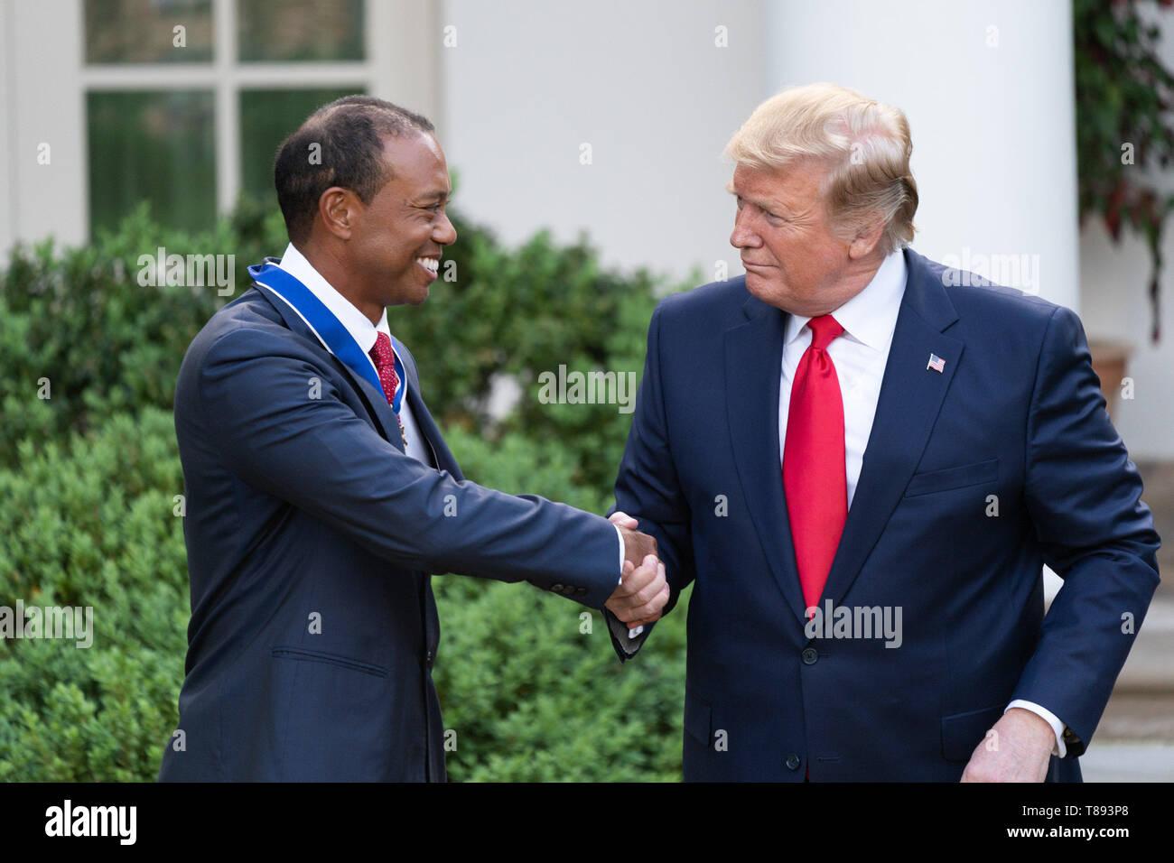 Präsident Donald J. Trumpf präsentiert die Presidential Medal of Freedom zu Tiger Woods Montag, 6. Mai 2019, im Rosengarten des Weißen Hauses Personen: Präsident Donald Trump, Tiger Woods Stockfoto