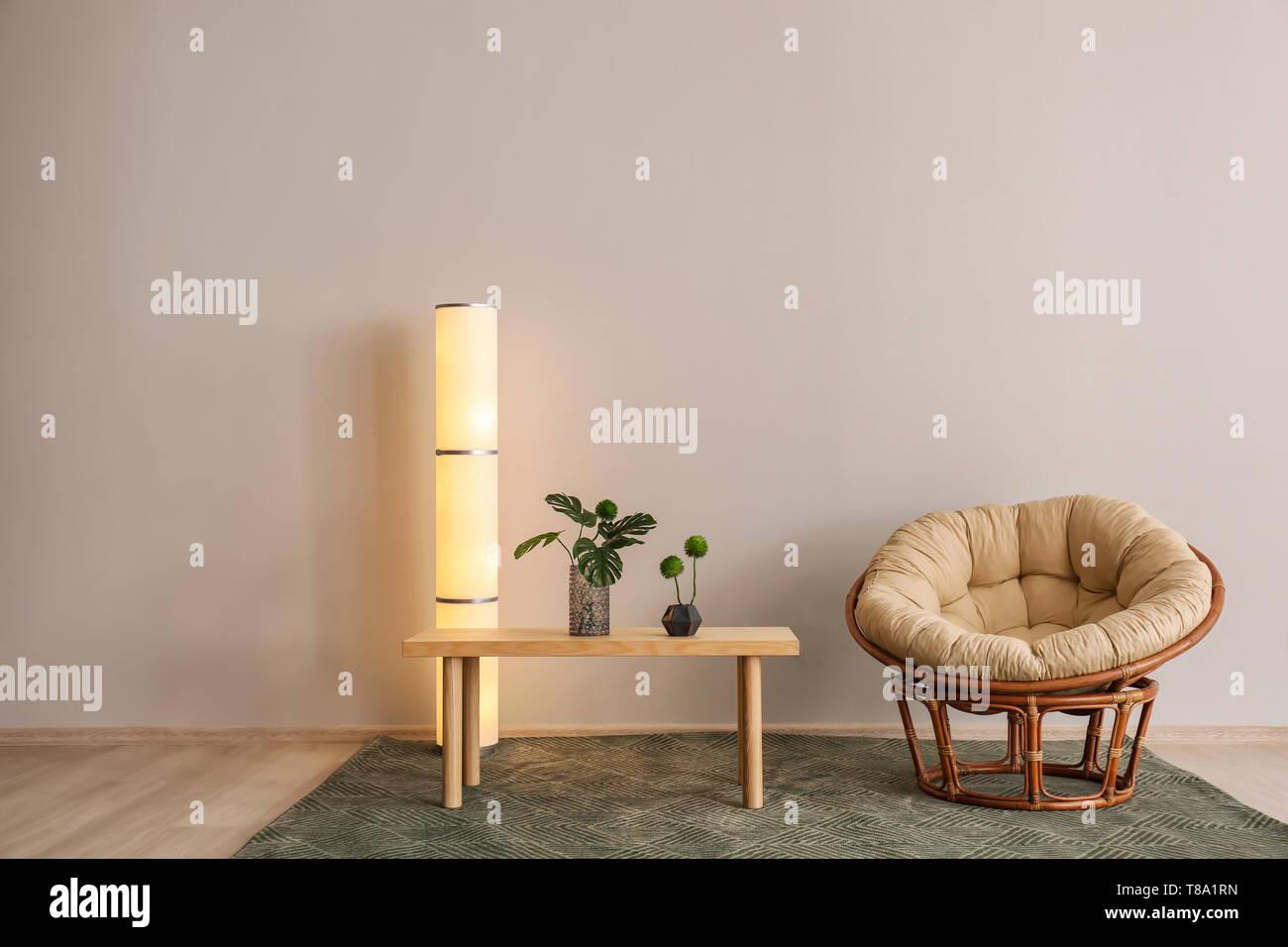 Wohnzimmer Mit Tisch Stehlampe Und Einem Sessel In Der Nahe Von Hellen Wand Stockfotografie Alamy