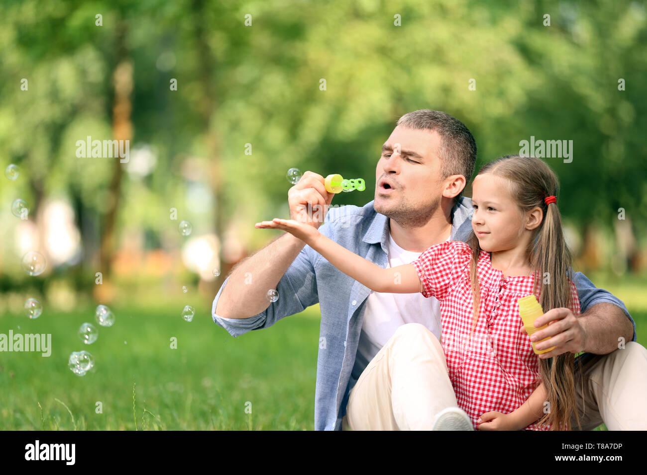 Tochter bläst vater