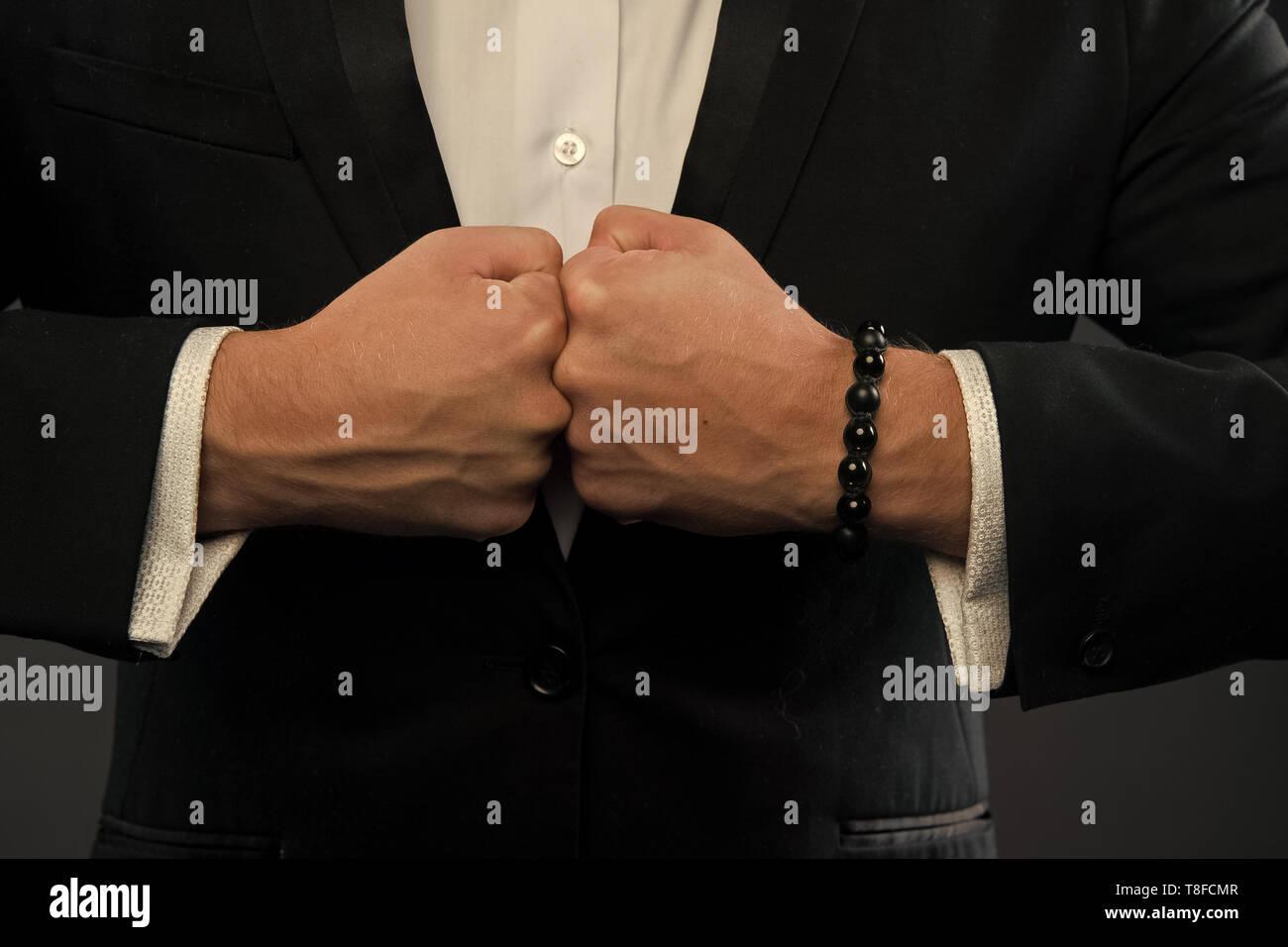 Hände bump Fäuste. Fäuste Zusammentreffen mit Strom. Stanzen von Geschäftsmann. Konflikt Konzept. Konfrontation und Wettbewerb in der Wirtschaft. Stockbild