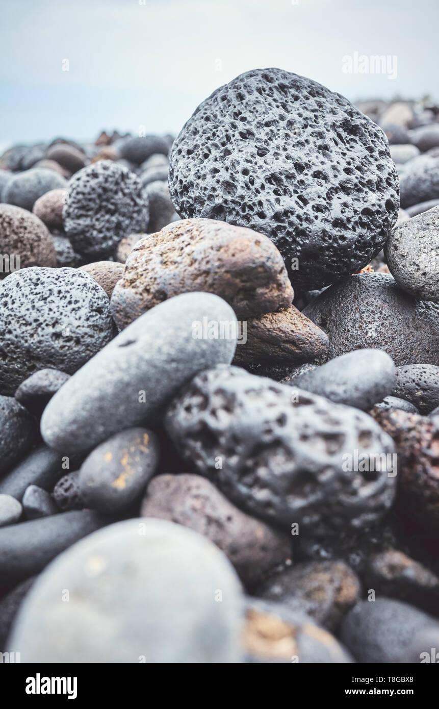 In der Nähe Bild von einem vulkanischen Felsen am Strand, selektiver Fokus, Farbe Tonen angewendet. Stockbild
