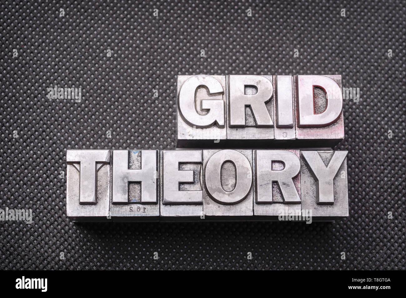 Grid Theorie Phrase von metallischen Buchdruck Blöcken auf Schwarz perforierte Oberfläche Stockbild