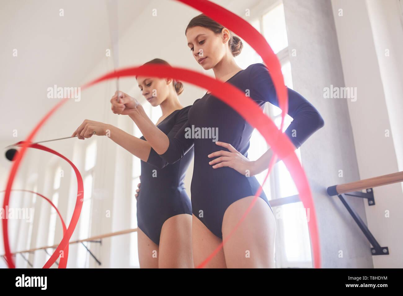 Üben Tanz Element mit Gymnastik Band Stockbild