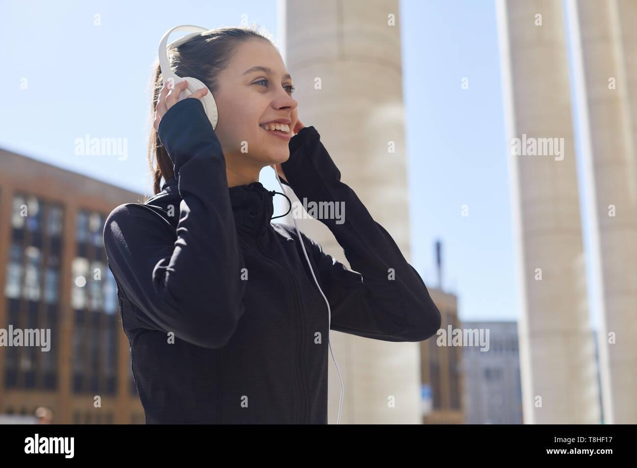 Sportliche Mädchen in der Stadt läuft Stockbild