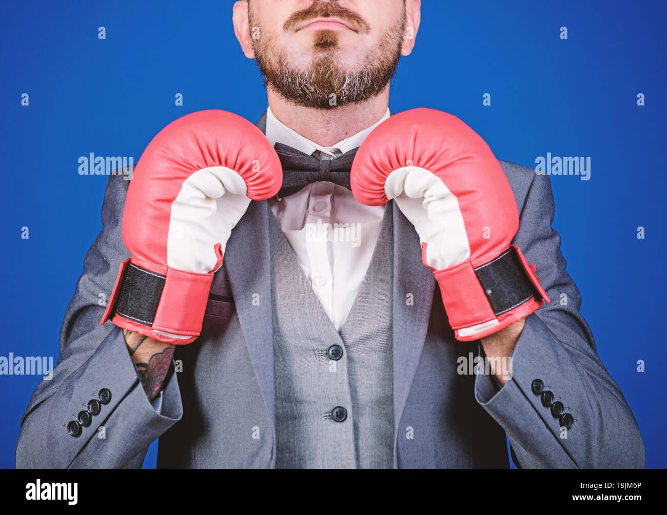 Angriff und Verteidigung Konzept. Erfolg erzielen. Taktik bewährte zu arbeiten. Strafverteidiger, die Planung von Strategien. Unternehmer tragen Boxhandschuhe. Besten Strafverteidiger Strategien. Stockbild