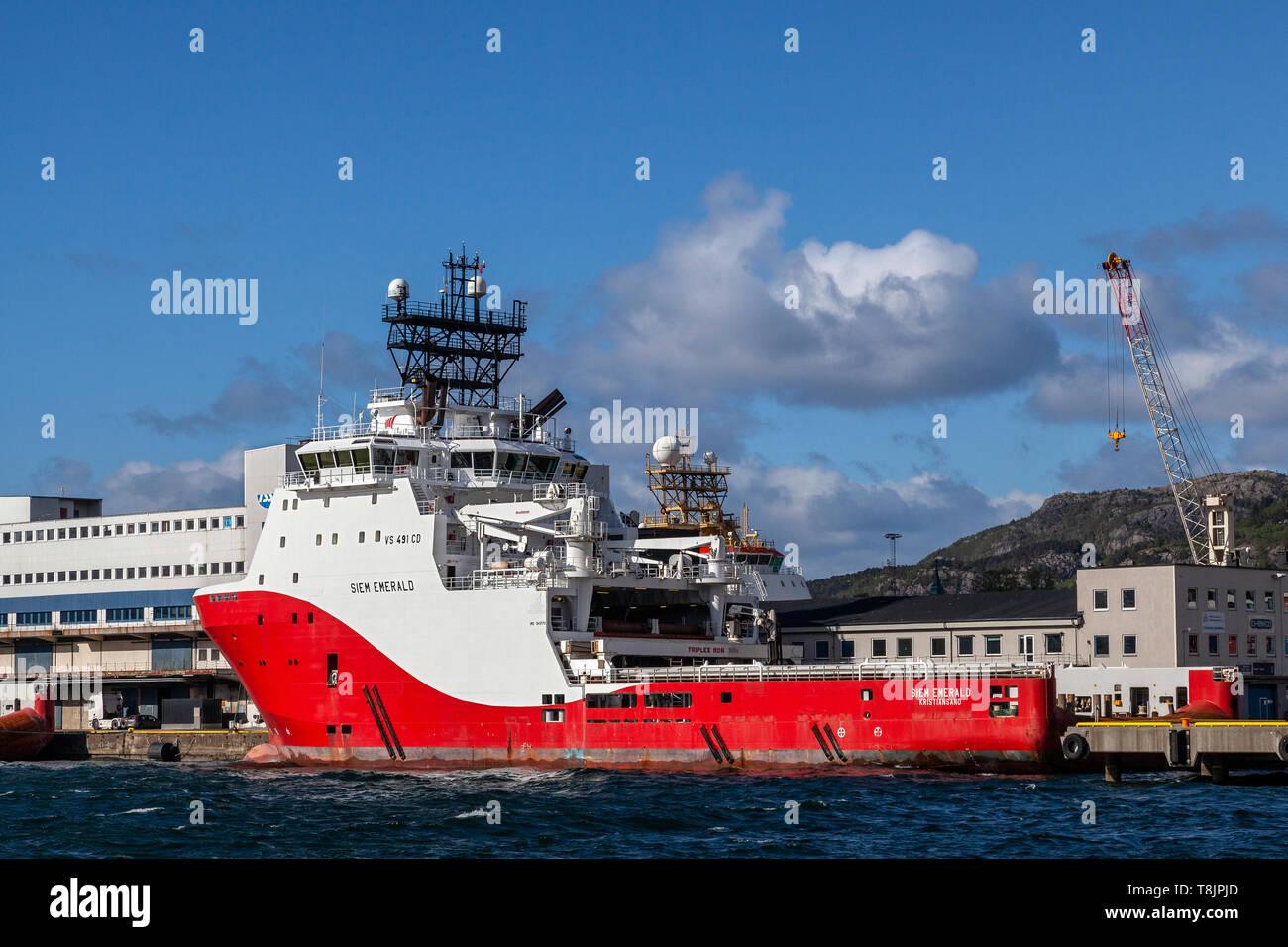 Offshore AHTS Anchor Handling Tug Supply Vessel Siem Emerald bei Dokkeskjaerskaien (Dokkeskjaerskaien) Terminal im Hafen von Bergen, Norwegen Anker. Stockbild