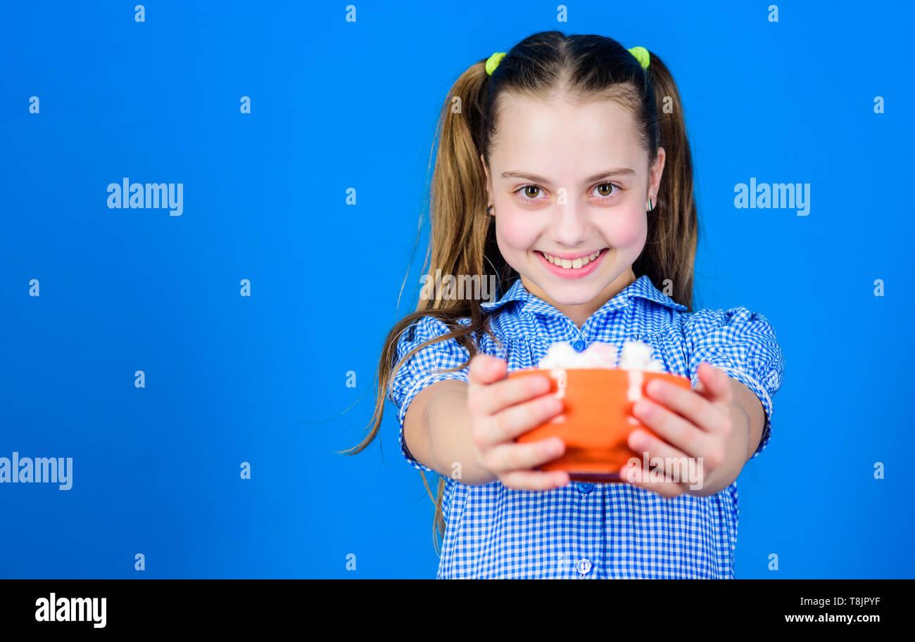 Glückliche kleine Kinder lieben Süßigkeiten und Leckereien. Marshmallow. Candy Shop. Gesunde Ernährung und Zahnpflege. Diät und Kalorien. Sweet Tooth Konzept. Kleines Mädchen marshmallow Essen. kopieren. Kalorien- und Ernährung. Stockbild