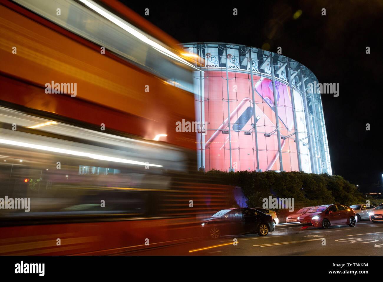 BFI London IMAX-Kino, in Waterloo, in der Nähe der Southbank mit einem großen Huawei Advert, London, England, Großbritannien Stockbild