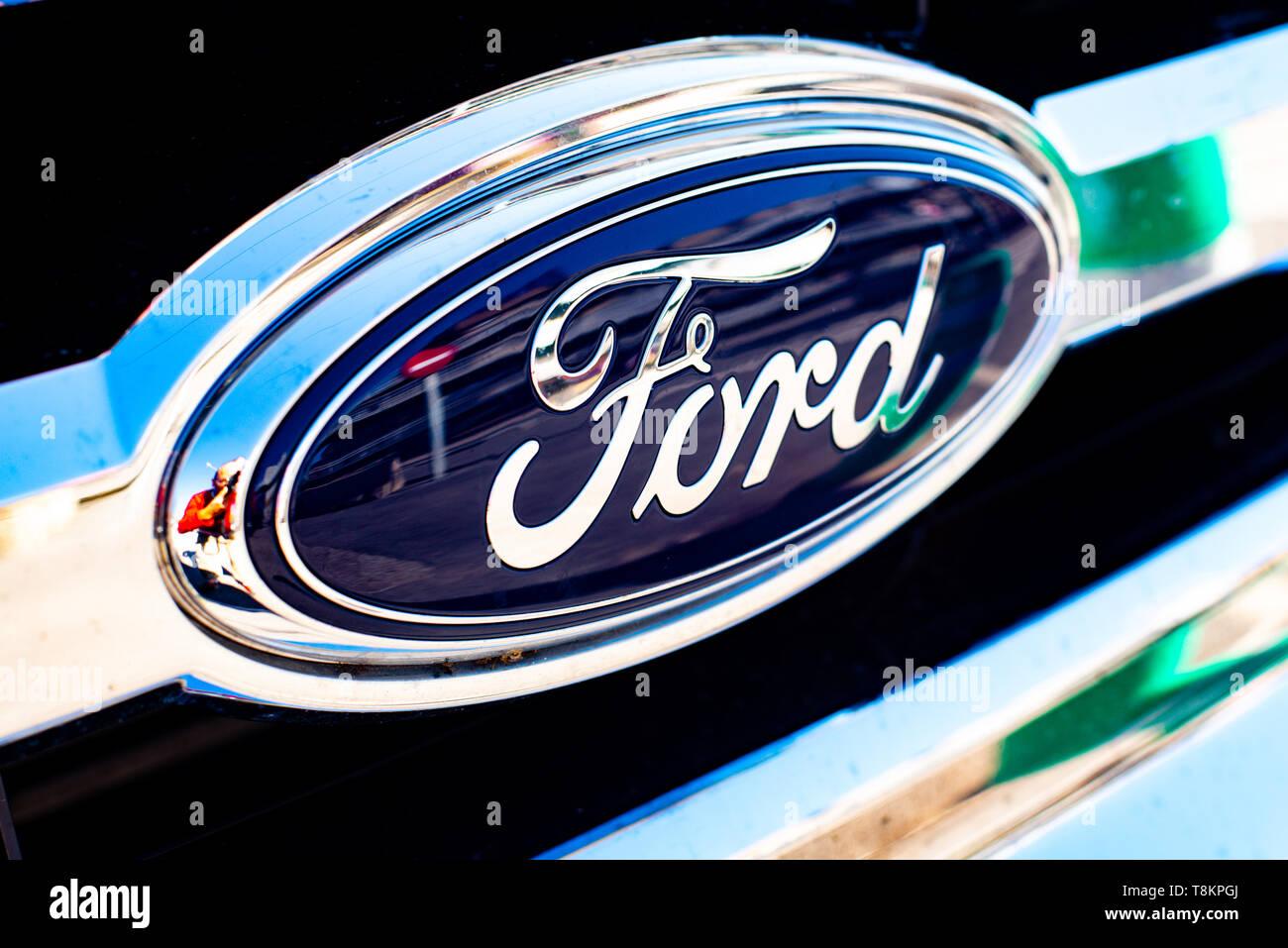 Valencia, Spanien - 13. Januar 2019: Logo der Automobilhersteller Ford in einem geparkten Fahrzeug. Stockbild