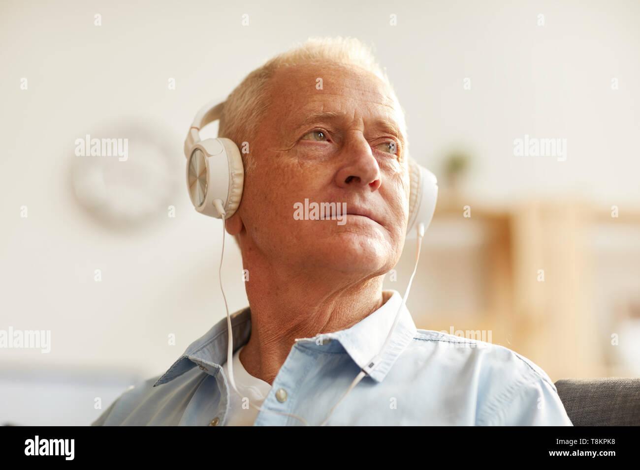 Nachdenklich älterer Mann Hören von Musik Stockbild