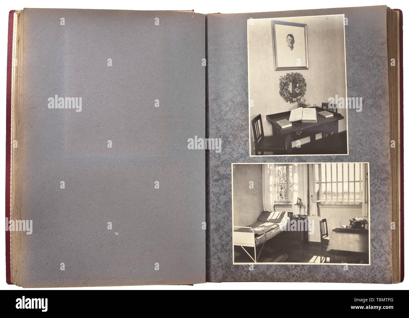 """Ein Album mit dem Titel """"Zur Erinnerung ein das 25-jährige Bestehen der Gefangenenanstalt und Festungshaftanstalt Landsberg a. L. 1909 - 1934"""" (Tr. Zum 25-jährigen Jubiläum von Landsberg Festung, Gefängnis und Detention Center 1909 - Gedenken 1934) ein großformatiges Album (Abmessungen 25,5 x 35 x 3,5 cm) mit Gold geprägtem Schriftzug und die Crimson, mit 91 Fotografien meist Messen 12,5 x 17,5 cm. Blick auf Landsberg, Antenne und Außenansichten der Gefängnis, Oberregierungsrat Leybold, der Vorstand, die korrekturoffiziere, der Gemüsegarten, vier Bilder von, Editorial-Use - Nur Stockbild"""