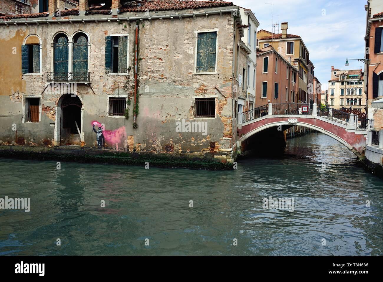 In den Tagen der Eröffnung der Biennale, Venedig erkennt, dass es die berühmten unbekannter Künstler Banksy. Die Graffiti auf mysteriöse Weise erschien in Venedig in Campo San Pantaleon ist fast zweifellos von Banksky. Es stellt einen kleinen Schiffbruch Kind das Tragen einer Schwimmweste, hält ein Signal Rakete. Artribune, einer Fachzeitschrift, Gespräche über eine 99% Chance, dass es sich um eine Arbeit von Banksy. Dies ist das zweite Werk von Banksy in Italien, nach Neapel, wo die Madonna mit der Waffe vorhanden ist. Die graffiti Erschienen am Freitag, 10. Mai und zieht die Aufmerksamkeit der Touristen und Venezianer. Stockbild