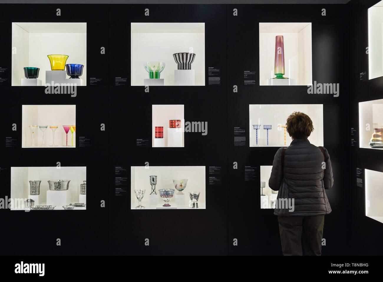 Leopold Museum Wien, Ansicht von hinten von einer Frau an einem Display von Glaswaren von Secession ära Künstler J Hoffmann und O Prutscher, Wien, Österreich. Stockbild