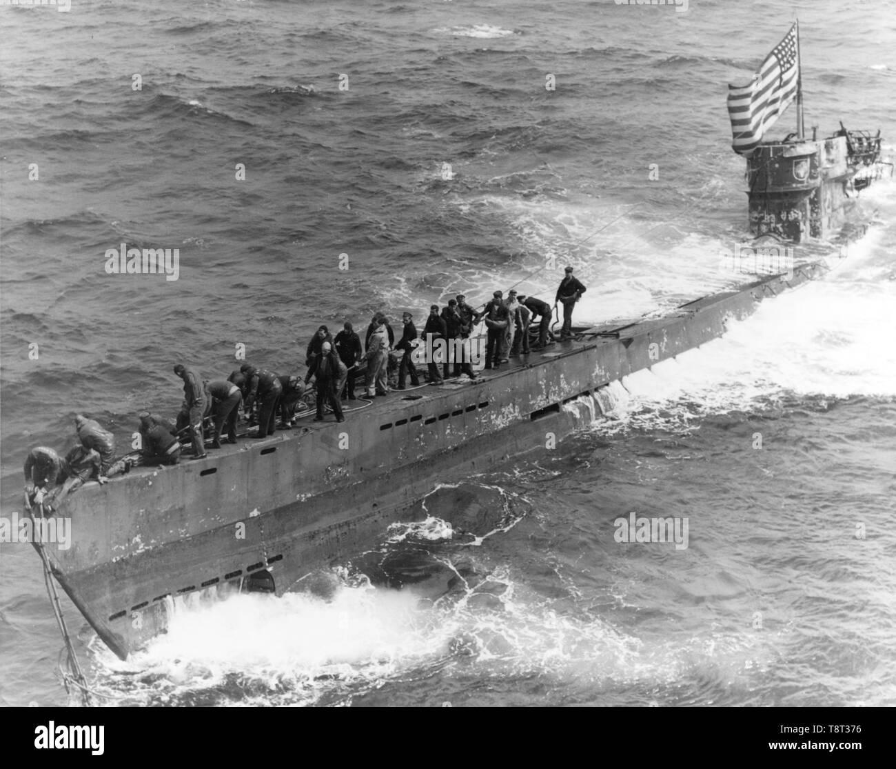 Deutsche U-Boot U-505. Ein internat Partei aus der U.S. Navy destroyer Escort USS Pillsbury (DE-133), ein Abschleppseil am Bug der erfassten deutschen U-Boot U-505 zu sichern, 4. Juni 1944 Stockbild